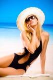 Donna graziosa sulla spiaggia Fotografia Stock