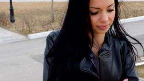 Donna graziosa sveglia del latino che cammina in autunno video d archivio