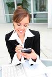 Donna graziosa Texting sul lavoro fotografia stock libera da diritti