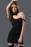 Donna graziosa in un mini vestito nero Immagine Stock Libera da Diritti