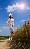 Donna graziosa vicino dal campo Immagini Stock
