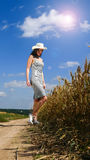 Donna graziosa vicino dal campo Immagine Stock