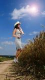 Donna graziosa vicino dal campo Fotografia Stock
