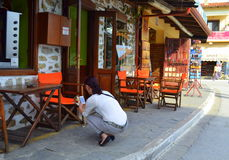 Donna Grecia del villaggio della stazione turistica estiva Immagine Stock