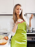 Donna in grembiule con i dolci ed il tè Fotografia Stock