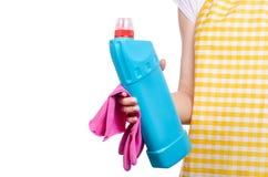 Donna in grembiule in mani che puliscono i prodotti chimici di famiglia detergenti della toilette domestica e del guanto Immagini Stock Libere da Diritti