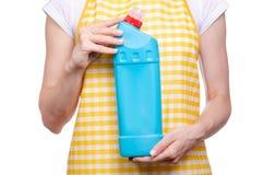 Donna in grembiule in prodotti chimici di famiglia detergenti della toilette domestica delle mani Fotografia Stock Libera da Diritti