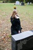 Donna gridante in cimitero fotografia stock
