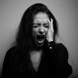 Donna gridante con il fronte gridante infelice e depresso nel grande drief Fotografia Stock