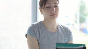 Donna in guanti gialli che lava la finestra di una zazzera speciale video d archivio