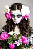 Donna guasto vivente di Halloween con il cranio Fotografie Stock