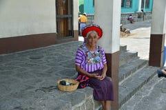 Donna guatemalteca anziana tradizionale Immagini Stock Libere da Diritti