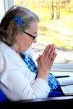 Donna handicappata nella preghiera Fotografia Stock Libera da Diritti