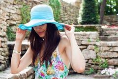 Donna in il giardino di primavera Immagini Stock Libere da Diritti
