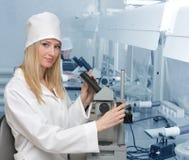 Donna il medico in laboratorio Fotografia Stock Libera da Diritti