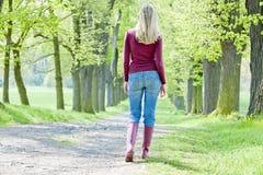 Donna in il vicolo di primavera Fotografia Stock