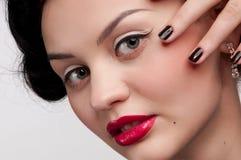 Donna impressionabile di fascino con gli orli rossi. Moda Fotografie Stock