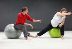 Donna incinta + addestramento personale dell'addestratore Immagine Stock Libera da Diritti