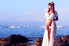 Donna incinta al mare Fotografie Stock Libere da Diritti