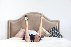 Donna incinta all'interno che si siede sul letto Fotografia Stock Libera da Diritti