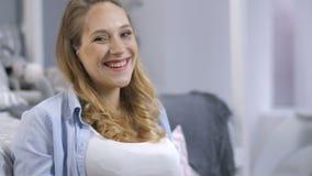 Donna incinta allegra che sorride alla macchina fotografica stock footage