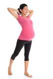 Donna incinta asiatica che fa allungamento di yoga Fotografia Stock