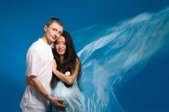 Donna incinta asiatica in un vestito di seta Fotografia Stock Libera da Diritti