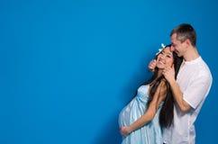 Donna incinta asiatica in un vestito di seta Immagini Stock Libere da Diritti