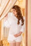 Donna incinta in camicia bianca Fotografie Stock Libere da Diritti
