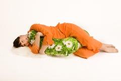 Donna incinta che abbraccia cuscino Immagini Stock