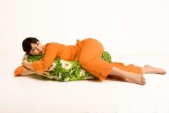 Donna incinta che abbraccia cuscino Fotografia Stock