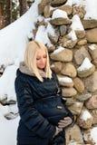 Donna incinta che accarezza la sua pancia Fotografia Stock Libera da Diritti