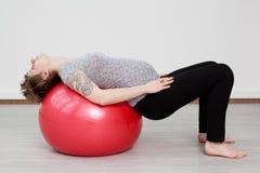 Donna incinta che fa allenamento Immagini Stock