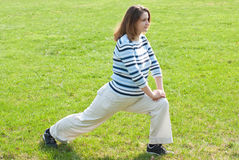 Donna incinta che fa allungando le esercitazioni Immagini Stock Libere da Diritti