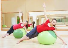 Donna incinta che fa esercizio della palla di forma fisica Immagini Stock Libere da Diritti