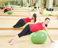 Donna incinta che fa esercizio della palla di forma fisica Fotografia Stock