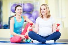 Donna incinta che fa esercizio della palla di forma fisica con la vettura Immagini Stock Libere da Diritti