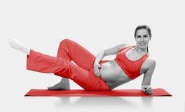 Donna incinta che fa esercizio, isolato sul bianco Fotografie Stock Libere da Diritti