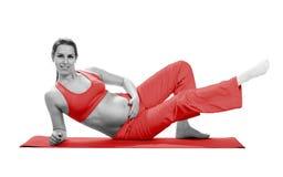 Donna incinta che fa esercizio, isolato sul bianco Immagine Stock