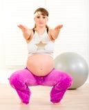 Donna incinta che fa le esercitazioni di forma fisica Immagine Stock Libera da Diritti