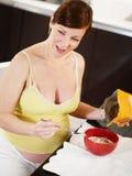 Donna incinta che fa prima colazione nel paese fotografia stock