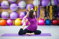 Donna incinta che fa yoga Fotografie Stock Libere da Diritti