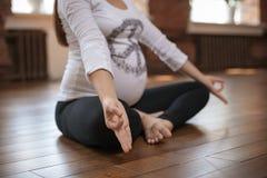 Donna incinta che fa yoga all'interno Fotografia Stock Libera da Diritti
