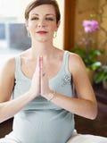 Donna incinta che fa yoga nel paese fotografia stock libera da diritti
