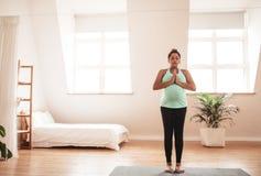 Donna incinta che fa yoga nel paese immagine stock libera da diritti