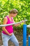 Donna incinta che ha allenamento di forma fisica alla struttura di scalata Fotografia Stock