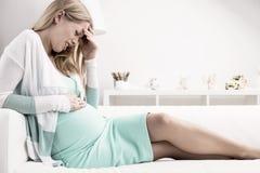 Donna incinta che ha dolore di stomaco fotografie stock libere da diritti
