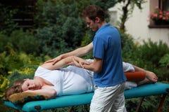 Donna incinta che massaggia dal terapista Fotografia Stock Libera da Diritti
