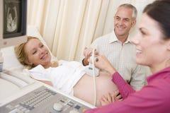Donna incinta che ottiene ultrasuono dal medico Fotografia Stock