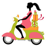 Donna incinta che scootering con i regali Fotografie Stock